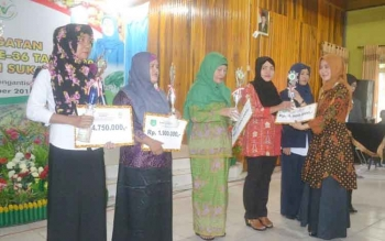 Ketua Gabungan Oranisasi Wanita (GOW) Kabupaten Sukamara, Siti Julekha Windu Subagio saat menyerahkan hadiah lomba cipta menu Beragam, Bergizi, Seimbang dan Aman (B2SA) kepada pemenang. BORNEONEWS/NORHASANAH