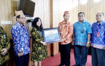 Wakil Bupati Lamandau Sugiyarto, didampingi sejumlah pejabat SKPD menerima piagam penghargaan atas keberhasilan Pemkab Lamandau dalam menyusun dan menyajikan laporan keuangan tahun 2015 yang diserahkan Kepala KPPN Pangkalan Bun, di ruang kerjanya. BORNEON