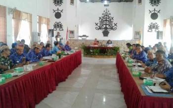 Suasana Rapat Tepra Pemkab Lamandau, di Aula Bappeda, Kamis (1/12/2016). Terungkap dalam rapat yang dipimpin Wakil Bupati Sugiyarto itu, realisasi penyerapan anggaran baru 70%. BORNEONEWS/HENDI NURFALAH