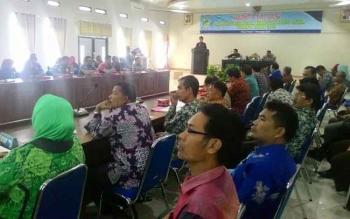 Bupati Barito Utara H Nadalsyah membuka rapat evaluasi pendapatan asli daerah (PAD) Kabupaten Barito Utara periode II tahun 2016, Kamis (1/12) di Aula Bappeda setempat. BORNEONEWS/PPOST/AGUS SIDIK