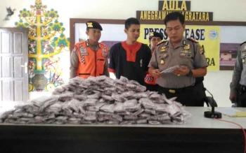 Kapolres Barito Utara, AKBP Roy HM Sihombing, saat press release kasus sabu, Kamis (1/12/2016). Kapolres memperlihatkan 25.400 butir Zenith, yang diamankan beserta pelaku Helmiyadi. BORNEONEWS/RAMADANI