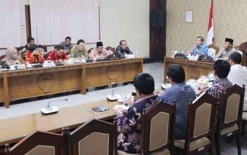 Rapat yang mengagendakan jawaban Gubernur Kalteng, Sugianto Sabran kepada DPRD, di ruang rapat gabungan DPRD Kalteng, Rabu (30/11/2016) malam. Faridawaty (kiri berhijab). BORNEONEWS/M. MUCHLAS ROZIKIN