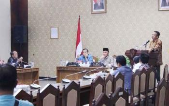 Kepala BKD Kalteng, Saidina Aliansyah, Rabu (30/11/2016) memberikan penjelasan teknis atas pertanyaan dewan mengenai SK pelantikan jabatan dan sistem pertimbangn pemilihan dan pengangkatan pejabat. BORNEONEWS/M. MUCHLAS ROZIKIN