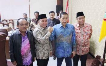 Gubernur Sugianto bersalam dengan Ketua DPRD Kalteng Atu Narang, (Kamis/1/12/2016). BORNEONEWS/MUCHLAS ROZIKIN