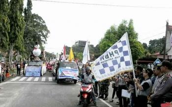 Wakil Bupati Katingan, Sakariyas mengibarkan bendera start tanda dimulainya parade Natal 2016, di Kasongan, Kamis (1/12/2016) sore. BORNEONEWS/ABDUL GOFUR