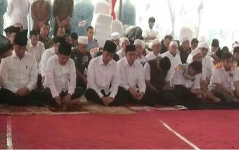Presiden Joko Widodo (tiga kiri), Wapres Jusuf Kalla (dua kiri), bersama Menko Polhuma Wiranto dan Menag Lukman Hakim Saifuddin, Jumat (2/12/2016). Mereka berbaur salat Jumat di Monas bersama peserta aksi Bela Islam III. BORNEONEWS/DETIKCOM/BAGUS PRIHANTO