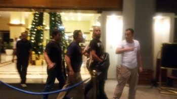 Ahmad Dhani dijemput polisi saat sedang menginap di sebuah hotel Jumat subuh tadi. BORNEONEWS/DOK