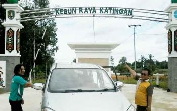 Gapura Kebun Raya Katingan yang baru selesai dibangun, Jumat (2/12). Menurut rencana Menteri LHK RI Siti Nurbaya bakal menghadiri launching Kebun Raya Katingan ini, Selasa (6/12). BORNEONEWS/ABDUL GOFUR