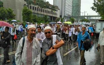 Peserta Aksi Bela Islam III, di kawasan Monas, Jakarta, Jumat (2/12/2016), selfie sejenak sebelum kembali ke rumah masing-masing. Aksi 212 dilaporkan berlangsung aman, dan tertib. BORNEONEWS/DOK