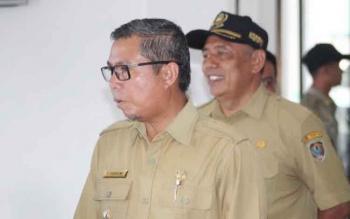 Bupati Seruyan Sudarsono didampingi Sekretaris Daerah Seruyan Haryono saat melakukan sidak ke sejumlah dinas beberapa waktu lalu. BORNEONEWS/PARNEN