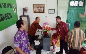 Bupati Kotim Supian Hadi saat melakukan inspeksi mendadak untuk melihat pelayanan di UPT Labkesda Kotim, Kamis (1/12/2016) lalu.