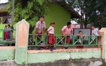 ILUSTRASI: Siswa SD di Kecamatan Balai Riam, Kabupaten Sukamara, menunggu jam pulang sekolah. Kepala Dinas Dikpora, Sutrisno, Jumat (2/12/2016), tetap menyiapkan pelaksanaan UN, meski ada rencana menghapus ujian nasional. BORNEONEWS/DOK
