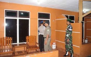 Tampak aparat TNI, Polri dan Satpol PP saat melkukan razia penginapan di Sampit beberapa waktu lalu. Pemerintah Kotim pastikan 2017 Kotim bebas lokalisasi. BORNEONES/RAFIUDIN