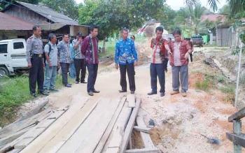 Bupati Barito Utara, H Nadalsyah melihat kondisi jembatan yang rusak parah, di Desa Bukit Sawit, Kecamatan Teweh Selatan, Kamis (1/12/2016). Bupati menjanjikan perbaikan jembatan dikerjakan tahun ini. BORNEONEWS/PPOST/AGUS SIDIK