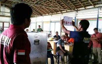 Suasana Penghitungan Suara Pilkades Ulangan Desa Nanuah, Kecamatan Menthobi Raya, Kamis (1/12/2016) BORNEONEWS/HENDI NURFALAH