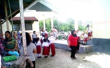 Sejumlah siswa SDN 4 Kelurahan Kasongan Lama saat istirahat sekolah, Jumat (2/12).BORNEONEWS.ABDUL GOFUR