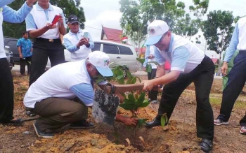 Plt. Bupati Kobar, Nurul Edy menanam pohon secara simbolis, di Desa Natai Baru, Jumat (2/12/2016). Sejak 2010, Kobar sudah menanam 12,3 juta pohon dalam Gerakan Penanaman Semiliar Pohon. BORNEONEWS/KOKO SULISTYO
