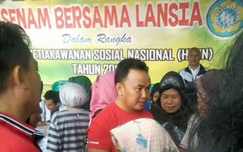 Gubernur Kalteng Sugianto Sabran. Ia ikut membaur bersama 250 orang lanjut usia yang melakukan senam bersama di halaman rumah jabatan (Rujab) Gubernur Kalimantan Tengah (Kalteng), Jumat (02/12/2016). BORNEONEWS/ROZIKIN