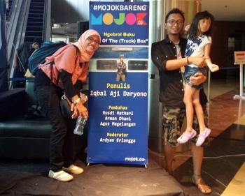 PELUNCURAN BUKU: Iqbal Aji Daryono bersama anak dan istrinya saat peluncuran Buku Out of The Truck Box, 31 Mei 2015, di Jakarta. (Facebook Iqbal)