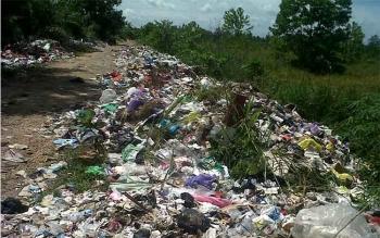 Tumpukan sampah tampak berjejer di tepi jalan menuju tempat buangan akhir sampah (TPA) di Jalan Pendahara Lama Kecamatan Katingan Hilir, Minggu (4/1/20162). BORNEONEWS/ABDUL GOFUR