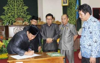 Bupati Pulang Pisau, H Edy Pratowo menandatangani kesepakatan APBD 2017 setelah mendapat persetujuan DPRD belum lama ini. BORNEONEWS/JAMES DONNY
