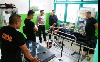 Sejumlah anggota Brimob Polda Kalteng menemani rekannya, Aiptu Suhari, korban kecelakaan lalu lintas, di Jalan Trans Kalimantan Desa Hampangen, Senin (5/12/2016) subuh. BORNEONEWS/ISTIMEWA