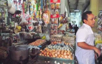Pedagang kebutuhan pokok di Sampit, Kotawaringin Timur, Kalimantan Tengah. Anggota DPRD Kotawaringin Timur, Ida Laila, Senin (5/12/2016), minta Pemkab Kotim memantau ketersediaan dan harga kebutuhan pokok. BORNEONEWS/M. RIFQI