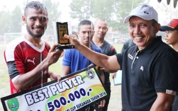 Ketua KONI Sukamara, M Yamin menyerahkan hadiah best player kepada pemenang lomba sepakbola Bupati Cup Kabupaten Sukamara 2016. Senin (5/12/2016), Yamin mengatakan, KONI akan membentuk kepengurusan cabang tinju dan dayung. BORNEONEWS/NORHASANAH