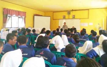 Anggota DPR RI Komisi IV Dapil Kalimantan Tengah, Hamdhani saat menyampaikan sosialiasi kepada pelajar SMKN 1 Sukamara beberapa waktu lalu.