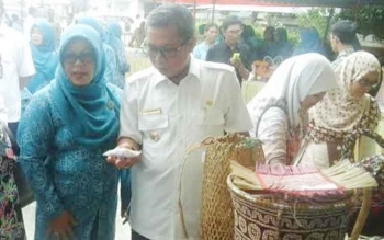 Bupati Seruyan Sudarsono dan istri saat tengah mengamati sebagian hasil kerajinan rotan yang diproduksi warga asal kecamatan hulu.