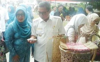Bupati Seruyan, Sudarsono dan istri mengamati sebagian hasil kerajinan rotan produksi warga Kecamatan Hulu. Para petani dan pengrajin rotan kembali mengeluhkan kendala pemasaran. BORNEONEWS/PARNEN