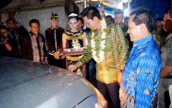 Bupati Barito Utara H Nadalsyah didampingi kepala dinas kependudukan dan catatan sipil, Drs Ledianto saat melaunching sekaligus tamoung tawar mobil Jempol.