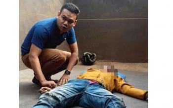 Seorang warga sedang membantu korban laka lantas bernama Juani, saat dimasukkan ke dalam bak truk, untuk dibawa ke RSUD Dr Murjani Sampit. BORNEONEWS/HAMIM