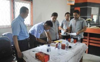 Direktur PDAM Dharma Tirta Sampit Firdaus Hernan Ranggan, membubuhkan tandatangan kerjasama pembayaran tagihan air dengan kantor pos, Senin (5/12/2016). BORNEONEWS/RAFIUDIN