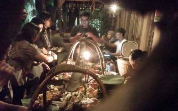 Bloger dan wartawan menikmati makanan yang disediakan di Wedangan Pendopo Kota Surakarta, Jawa Tengah. BORNEONEWS/RONI SAHALA