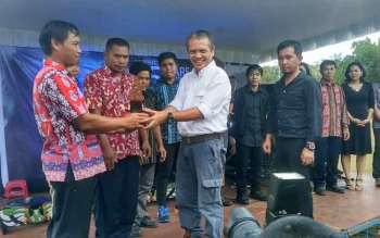 CEO BOSF Jamartin Sihite memberikan piagam kepada pegawai di BOS Nyaru Menteng yang telah bekerja maksimal dalam upaya konservasi orangutan di Kalimantan Tengah, Senin (5/12/2016). BORNEONEWS/RONI SAHALA