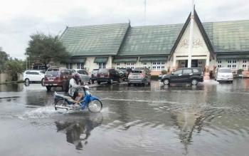 Banjir di halaman kantor Pemerintah Kabupaten Pulang Pisau, 20 November 2016. Anggota DPRD Pulang Pisau, Diharyo, Selasa (6/12/2016), minta Pemkab mengkaji ulang sistem drainase. BORNEONEWS/JAMES DONNY