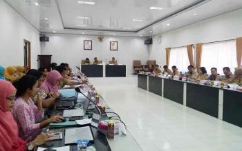 Rapat pembahasan dan paparan Amdal RSUD Mauara Teweh, dipimpin oleh kepala BLH Barut, Suriawan, di aula rapat Sekda Barut, di Muara Teweh, Selasa (6/12/2016). BORNEONEWS/RAMADANI