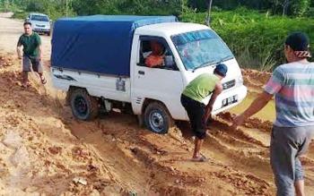 Mobil amblas tidak bisa melewati titik yang rusak parah di jalan negara penghubung di wilayah Rungan-Manuhing, Selasa (6/12/2016) siang. Wakil Bupati Gumas mengingatkan PBS membantu perbaikan di titik badan jalan yang rusak. BORNEONEWS/EPRA SENTOSA