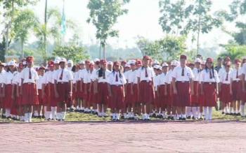 Siswa sekolah dasar saat mengikuti kegiatan upacara di halaman kantor bupati Sukamara beberapa waktu lalu. BORNEONEWS/NORHASANAH