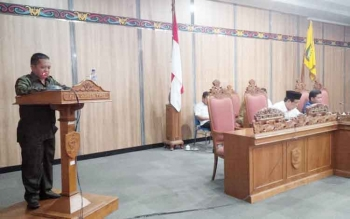 Juru bicara Fraksi Partai Golkar DPRD Kotim, Abdul Kadir membacakan pendapat akhir fraksinya dalam sidang paripurna DPRD Kotim, di Sampit, Rabu (7/12/2016). BORNEONEWS/M. RIFQI