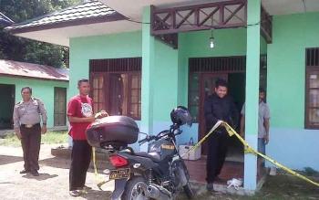Pihak Kepolisian saat melakukan pengamanan lokasi kantor Desa Mintin yang dimasuki maling, Rabu (7/12/2016) dinihari. BORNEONEWS/JAMES DONNY