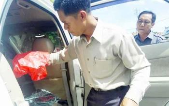 Kanit Reskrim Polsek Pahandut Ipda Jaka Waluya melakukan olah TKP di Jalan RA Kartini, depan kantor Dinas Pendidikan Kota Palangka Raya, Rabu (7/12/2016). Sementara selama delapan hari, sudah ada enam kejadian tersebut di Palangka Raya. BORNEONEWS/BUDI YU