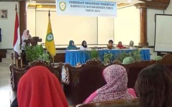 Kepala BPPKB Kotawaringin Timur, Rusmiati memberikan sambutan pada acara pembinaan organisasi perempuan di Gedung wanita Sampit, Rabu (7/12/2016). BORNEONEWS/RAFIUDIN