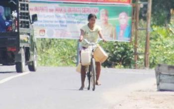 Seorang warga Kuala Pembuang mengangkut air bersih menggunakan sepeda. Sejak musim hujan ini, warga relatif tidak kesulitan memperoleh air bersih, karena sumur bor lancar. BORNEONEWS/PARNEN