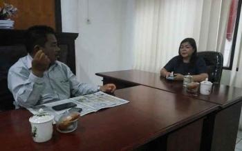 Santai-Nenie A Lambung (kanan) Ketua Komisi A DPRD Kota Palangka Raya di ruang kerjanya bersama anggota dewan lainnya.