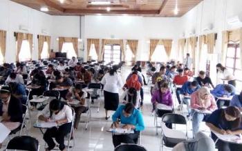 Puluhan calon THL saat ikuti tes tulis di Aula Kantor BKPP Lamandau, Nopember 2016 lalu.