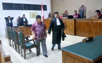Mantan Pelaksana Tugas Sekretaris Daerah Barito Timur, Andrey Dulu di Pengadilan Tipikor Palangka Raya, Rabu (7/12/2016) malam. Dia dinyatakan terbukti bersalah dalam kasus korupsi, dan dihukum 4 tahun penjara. BORNEONEWS/RONI SAHALA
