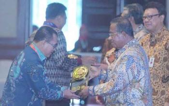 Diserahkan oleh Menkokeuin Darmin Nasution di Jakarta, Rabu 7 Desember 2016 kepada Plt Bupati Kobar Nurul Edy.