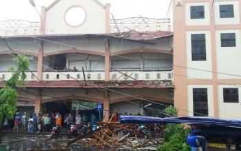 Kondisi bangunan akibat angin puting beliung yang melanda Kota Sampit, Kamis (8/12/2016). BORNEONEWS/HAMIM